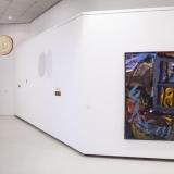 """Iš kairės: Agnė Jonkutė, instaliacija """"Rugsėjo šviesa žiemą"""" (želatininė sidabro fotograma, radiniai, 2017 m.), Arūnas Vaitkūnas. """"Langas ir alyvų krūmas"""" (drobė, aliejus, 1983-1991 m.). Nerijaus Jankausko nuotr."""