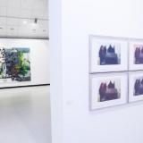 """Iš kairės: Elena Balsiukaitė-Brazdžiūnienė, """"Šančių repas"""" (akrilas, aliejus, drobė, 2015 m.). Greta Grendaitė, """"Echo"""" (fotopolimero giliaspaudė, 2017 m.). Nerijaus Jankausko nuotr."""