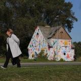 """LINKSMAI. Daug metų apleistą 73-iąjį Liepų gatvės namą menininkas ABran išpiešė linksmais piešiniais. Kūrinys sukurtas 2017 m. festivalio """"Edit Klaipėda Street Art"""" metu. """"Vakarų ekspreso"""" archyvo nuotr."""