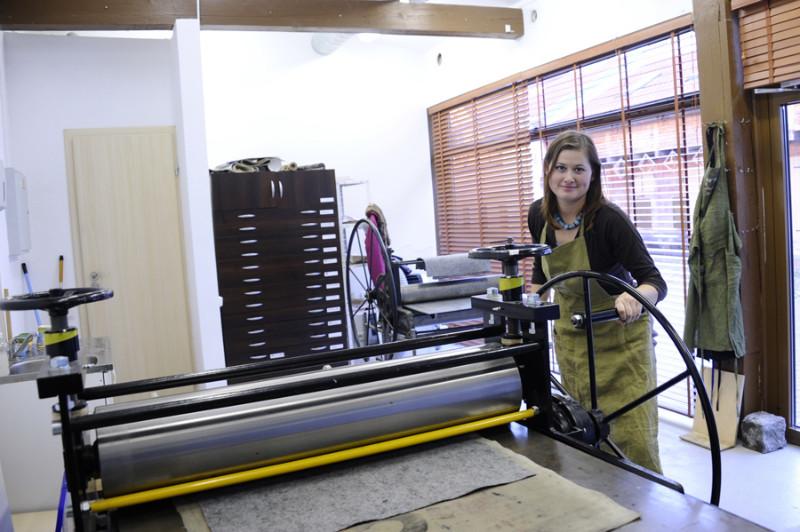 Po ilgo ir kruopštaus darbo su maža kliše pereinama prie spausdinimo staklių. Algirdo Kubaičio nuotr.