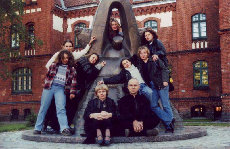 """Klaipėdos universiteto teatras """"Dramos klasė"""" 2000 metais. Asmeninio albumo nuotr."""