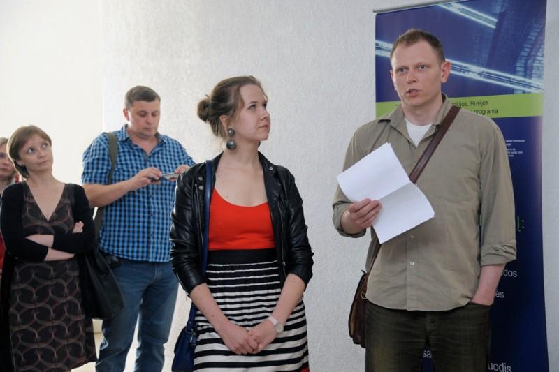 """Parodos """"Klaipėdos architektūra 2013"""" kuratoriai Vaidotas Dapkevičius (dešinėje) ir Gerda Antanaitytė. Algirdo Kubaičio nuotr."""