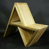 Rankų darbo minimalistinė vaikiška kėdutė arba modernus namų atributas, kurį galima ir pakabinti kaip lentyną, ir pastatyti ant grindų. Asmeninio archyvo nuotr.