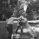 """1977 m. skulptūros """"Pakrantė"""" statymas parke. I. Simonaitytės bibliotekos fondas: B. Aleknavičiaus nuotr."""