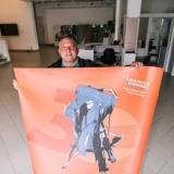 Virginijus Viningas simboliškai nusikabina parodos plakatą. Domo Rimeikos nuotr.