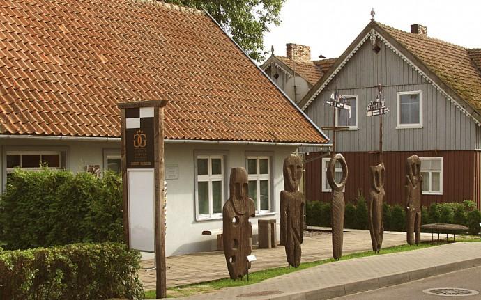 Gintaro muziejų-galeriją Nidoje saugo Juodkrantės lobio amuletai.