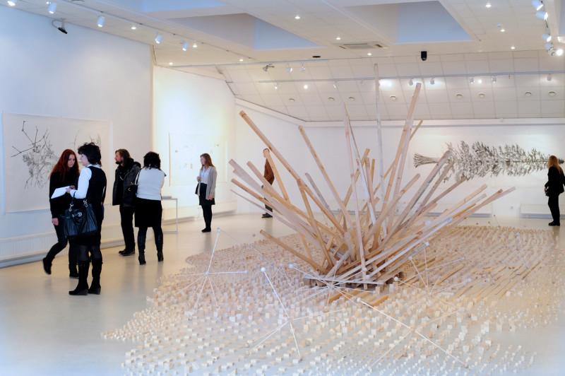 E.O'Kane'o erdvinė instaliacija iš medinių elementų – antrojo aukšto ekspozicijos centras. Algirdo Kubaičio nuotr.