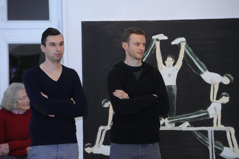 """Adomas Danusevičius (kairėje) šių metų pradžioje KKKC Parodų rūmuose atidarė personalinę parodą """"Kamufliažinis vyriškumas"""", pristatytą drauge su gretimose salėse savo kūrybos retrospektyvą eksponuojančiu airių menininku Eamonu O'Kane'u (dešinėje). Algirdo Kubaičio nuotr."""