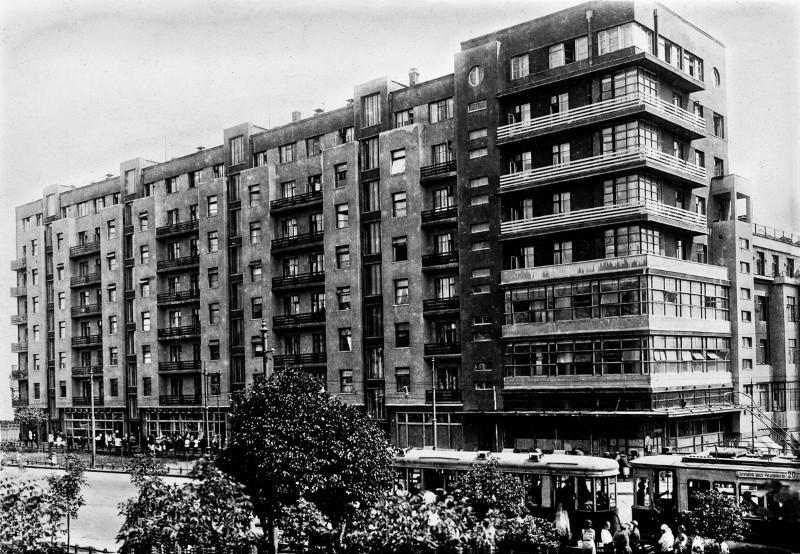 """Kai kuriuose namuose, ypač centrinėje Maskvos dalyje, buvo vykdomas ypač intensyvus """"valymas"""". Per 1937–1938 metus buvo sušaudyta 18-a šio namo Zemlyanoy Val gatvėje 27 gyventojų."""