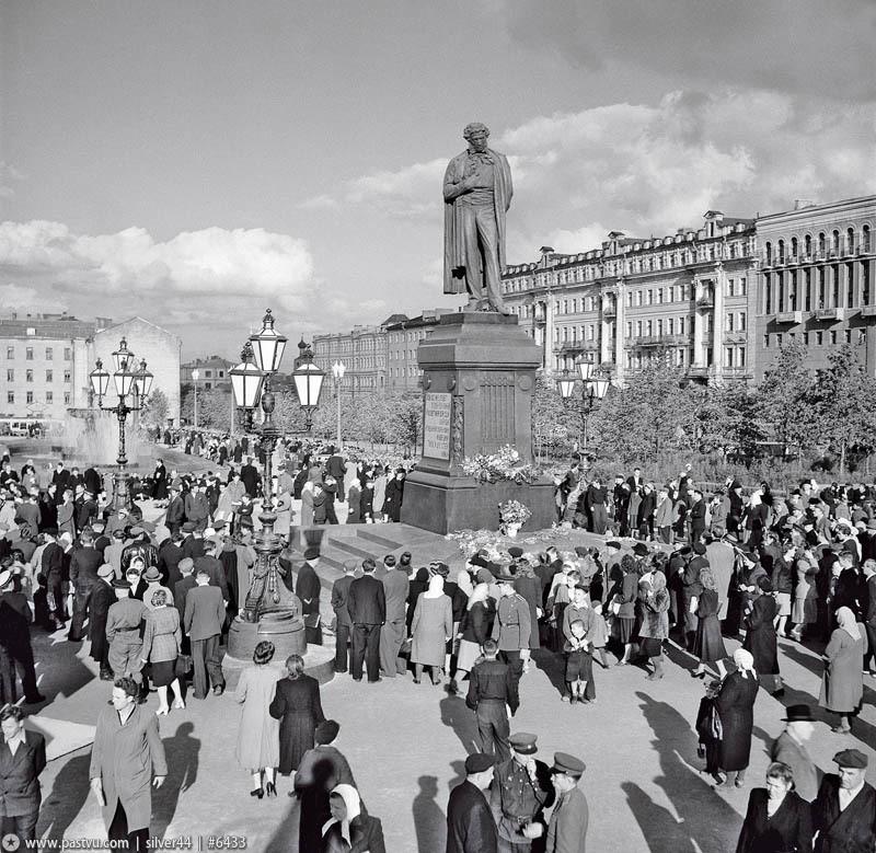 Žmonės prie paminklo Puškinui. 1937-aisiais minėtos Puškino 100-osios mirties metinės. Tai buvo vienas didžiausių renginių tais metais.