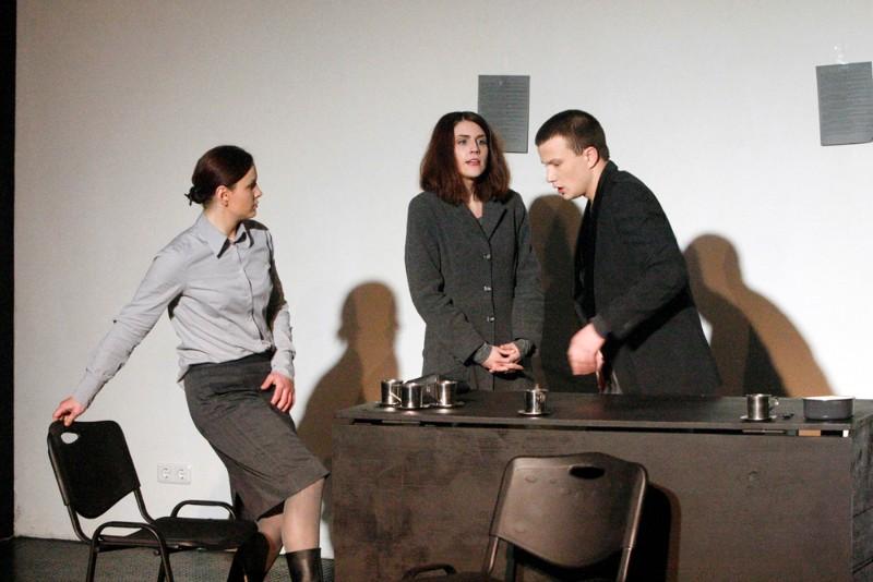 """""""Uroboras"""" (2013, rež. E.Kazickaitė). Vaidina aktoriai K.Krasilnikovaitė, P.Megelinskas, G.Surgautaitė, G.Kazlauskaitė. Vytauto Liaudanskio nuotr."""