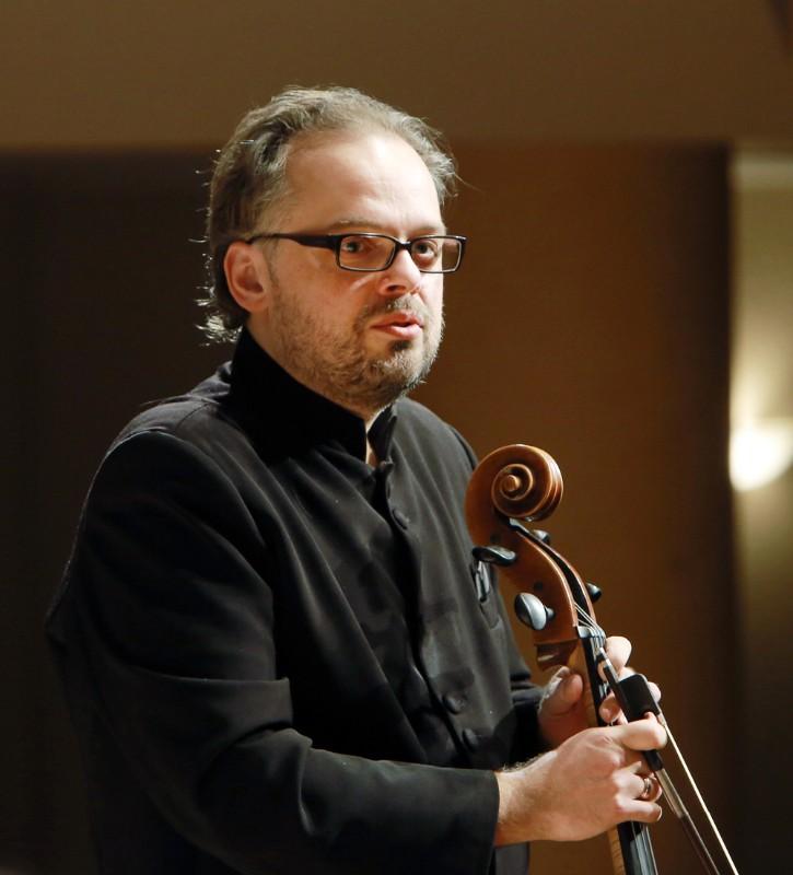 Klaipėdos kamerinio orkestro vadovo violončelininko M.Bačkaus didžiausia svajonė – gyventi bendruomenėje, kuri yra nors truputį laiminga. Vytauto Petriko nuotr.