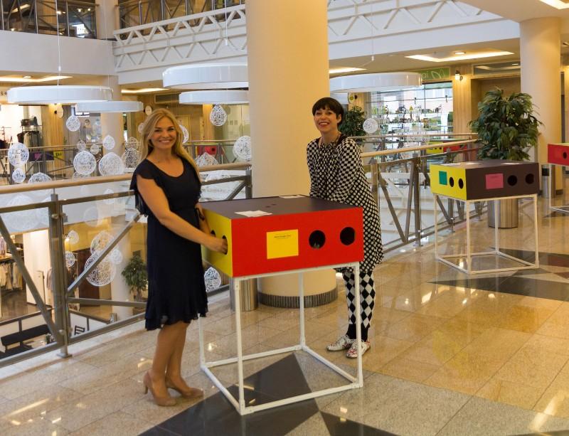 Projekto iniciatorės Nomeda Marčėnaitė ir Eglė Jokužytė džiaugėsi unikalia ekspozicija