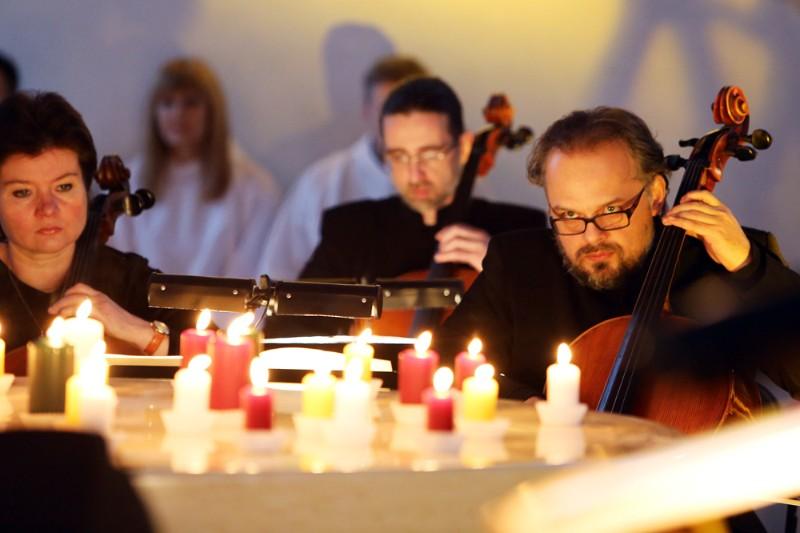 M.Bačkus penkerius metus vadovauja Klaipėdos kameriniam orkestrui ir pats groja jame.  Vytauto Petriko nuotr.