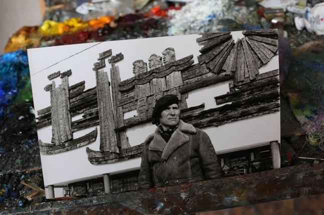 """IŠ NATŪROS. """"Bilduko"""" architektūriniam ansambliui ąžuolo bereljefą sukūręs Edvardas Malinauskas vaikystėje pats plaukiojo kurėnu su žvejais. Atsiradus motoriniams laivams, ant kranto išmestus kurėnus su džiaugsmu pasiėmė latvių muziejininkai."""