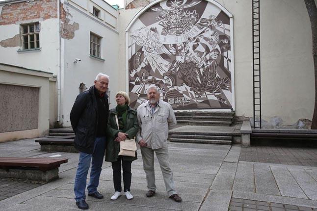 AMŽINYBĖ. Laikrodžių muziejaus kiemeliui Angelinos Banytės, Juozo Vosyliaus (dešinėje) ir Romualdo Martinkaus sukurta freska ne veltui yra su amžinybės simboliais, ji ir pati išlaikė laiko išbandymus.