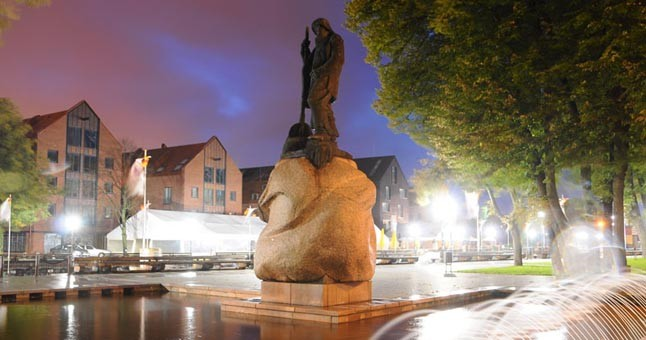 """VERTYBĖ. Į Kultūros vertybių registrą yra įtrauktos ir 7 sovietmečiu sukurtos miesto skulptūros: Danės gatvėje stūksantis Kazio Kisielio 1971 m. ant akmens pastatytas bronzinis """"Žvejas"""". Eimanto Chachlovo nuotr."""