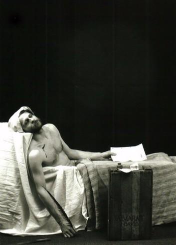 Audrius Puipa_Marato mirtis_pagal Jacques-Luois Davida_is fotografiju ciklo Inscenizuoti paveikslai_Fotografas Gintautas Trimakas_1992