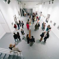 """Rimaldo Vikšraičio paroda """"Pavargusio kaimo grimasos"""" galerijoje """"Tsekh"""". 2020 m. Organizatorių nuotr."""