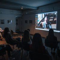 """Tomo Pabedinsko paskaita galerijoje """"Ra"""". 2020 m. Organizatorių nuotr."""