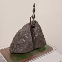 Danius Drulys. Lašas po lašo... H - 42,5x38,5x25,8 cm, akmuo, metalas, organinis stiklas, medis.