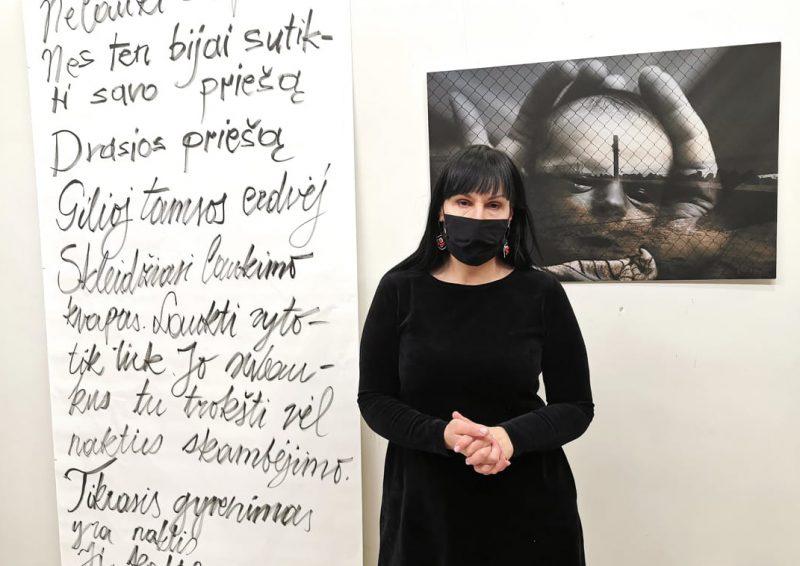 """Fotomenininkė Ingrida Mockutė-Pocienė ir jos paroda """"Ne pirmą naktį nelauki sapno"""". Rosanos Lukauskaitės nuotr."""
