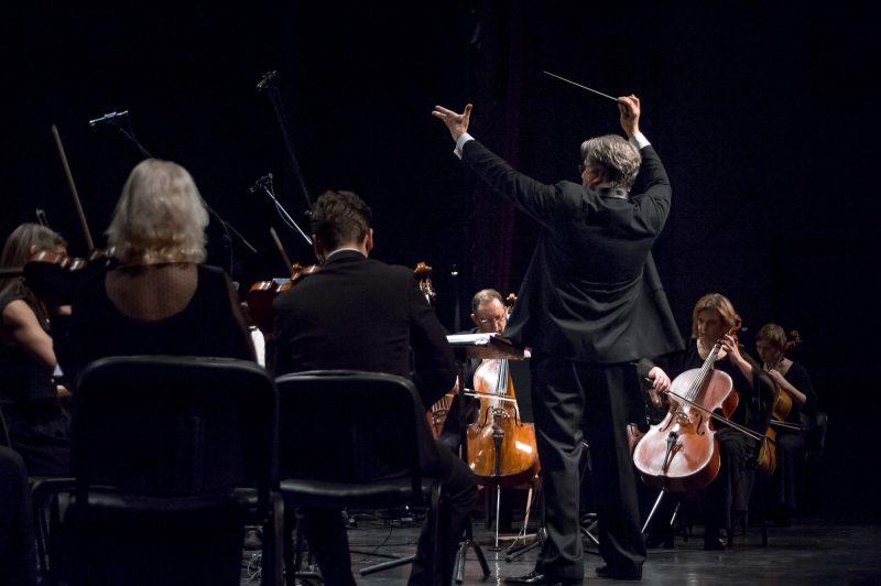 Tomas Ambrozaitis ir KVMT orkestras. KVMT archyvo nuotr.