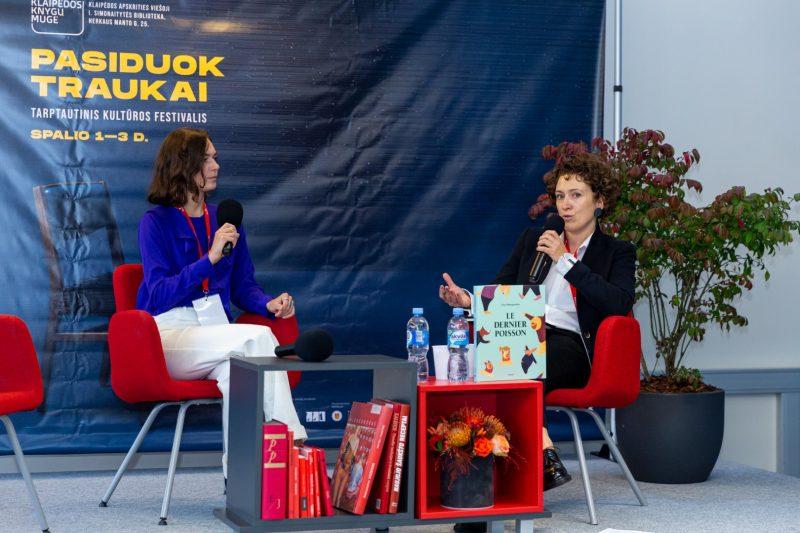 Istorikė, tapytoja, iliustratorė ir trijų knygų autorė Lina Mumgaudytė VIII Klaipėdos knygų mugėje (kairėje). Susitikimą moderavo Neringa Poškutė-Jukumienė. Gerdos Putnaitės nuotr.