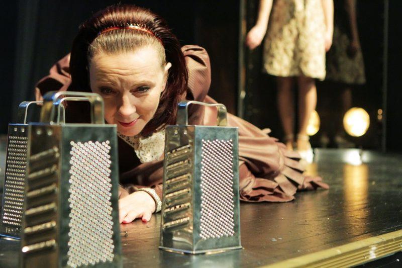 """Aktorė Regina Šaltenytė spektaklyje """"Susiliejimai"""" pagal Maironio poeziją (rež. A. Vizgirda, Pilies teatras, 2012). Vytauto Petriko nuotr."""