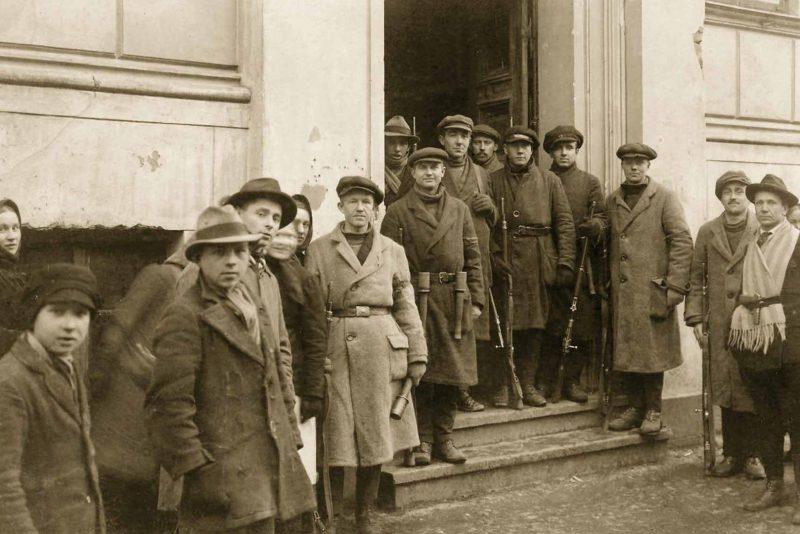 Savanoriai po vyr. komisariato užėmimo. 1923 m. sausio 15 d. MLIM archyvo nuotr.