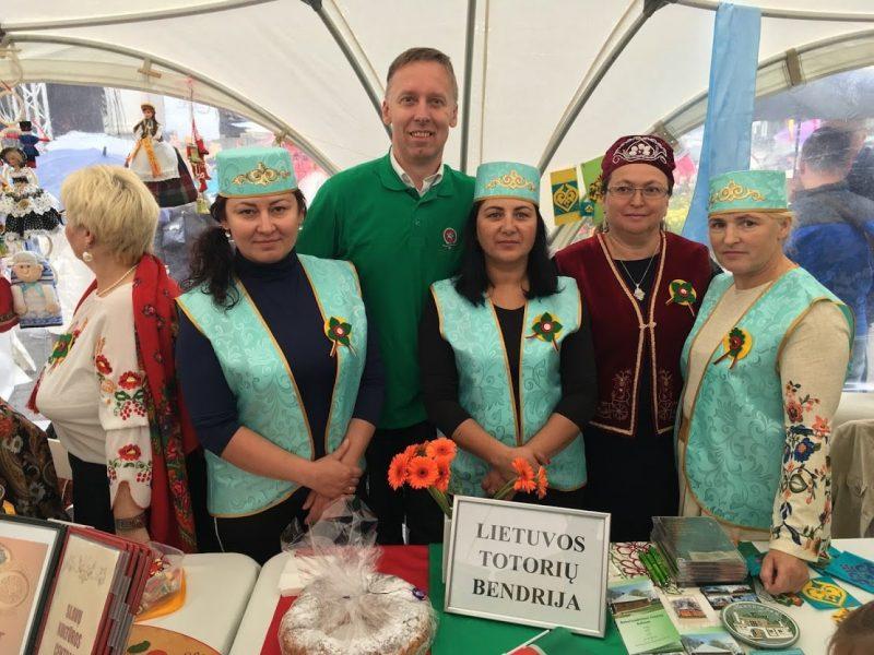 Galina Miškinienė (antra iš dešinės) su Lietuvos totorių bendrijos nariais. Asmeninio archyvo nuotr.