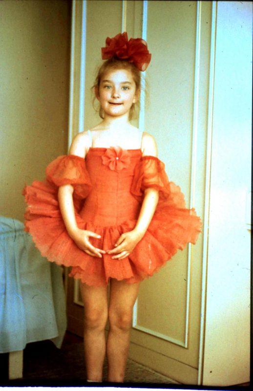 Kostiumo matavimasis, kai Aleksandrai buvo maždaug septyneri. Asmeninio albumo nuotr.