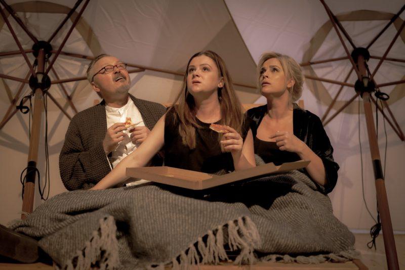 """Scena iš KDT spektaklio """"Saulės vaikai"""". Martino Vilkarsio nuotr."""