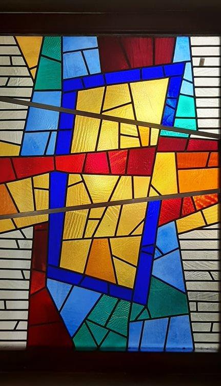 """V. Bizauskas, architektas R. Ramanauskas. Abstraktus vitražas kavinėje """"Aismarės"""". 1998 m. Plonas stiklas, švinas, 150 x 200 cm. Tilžės g. 9, Klaipėda. Išsaugotas. I. Kanto bibliotekos archyvo nuotr."""