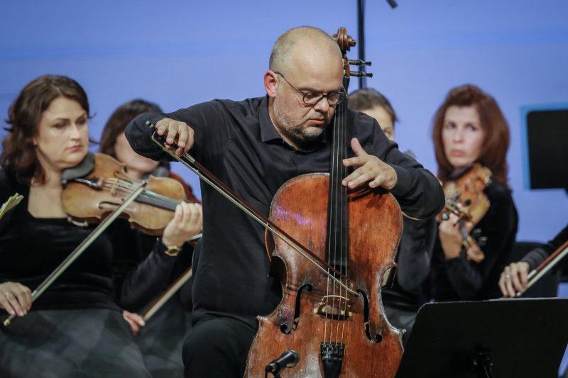 Mindaugas Bačkus ir jo vadovaujamas Klaipėdos kamerinis orkestras. Vytauto Petriko nuotr.