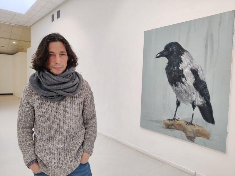"""Viktoras Paukštelis šalia savo kūrinio """"Ornitologo sapnas"""". Nerijaus Jankausko nuotr."""