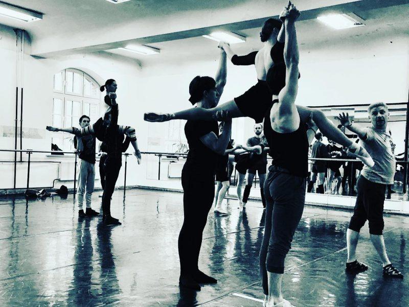 """Kirilas Simonovas su KVMT baleto trupe ruošiasi šokio spektakliui """"Romeo ir Džuljeta"""". Jelenos Lebedevos nuotr."""