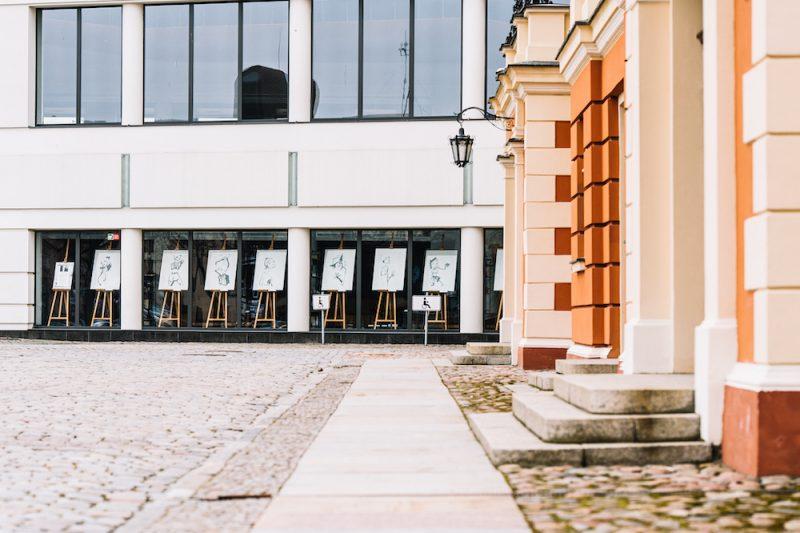 Klaipėdos dramos teatre eksponuojama Urtės Jasenkos piešinių paroda. Domo Rimeikos nuotr.