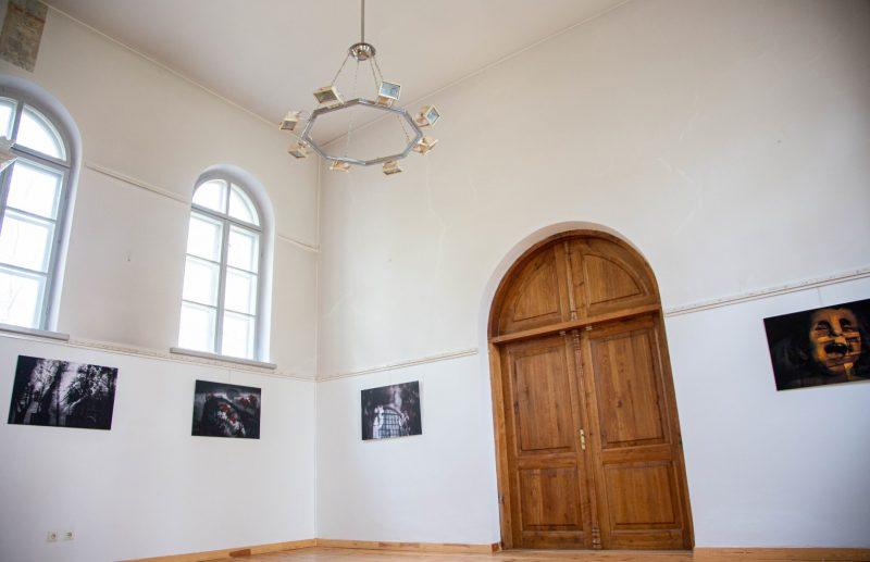 """Ingridos Mockutės-Pocienės fotografijų paroda """"Ne pirmą naktį nelauki sapno"""" Jurbarke. Igno Skridlos nuotr."""