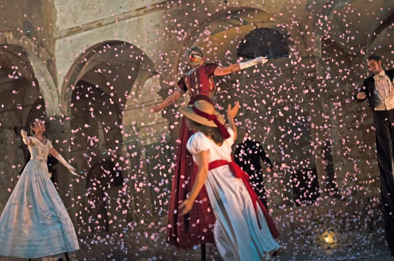 """Teatro Tascabile di Bergamo"" (Italija) gatvės spektaklis ""Valsas"", rež. Renzo Vescovi. Stefano Ulivieri nuotr."