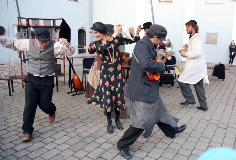 """""""Senųjų menų studijos"""" (Vilnius) muzikinis gatvės spektaklis """"Gekumen"""" / """"Sugrįžo"""", rež. Adrian Schvarzstein. Organizatorių archyvo nuotr."""