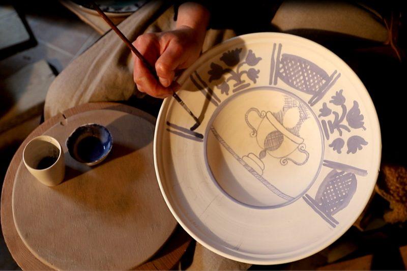 Lėkštės dekoravimas majolikos technika. Organizatorių archyvo nuotr.