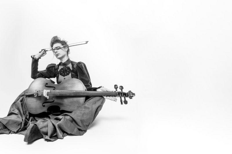 """Menininkė Marija Baranauskaitė performansu """"Violončelėms"""" kvies įsikūnyti į daiktiškas formas. Organizatorių archyvo nuotr."""