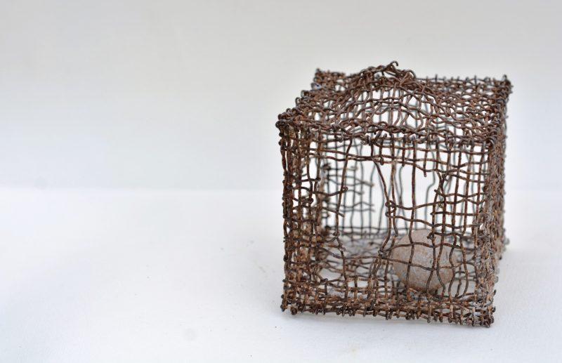 """Alvidas Paškauskas, """"Kas aš esu"""", 2018, metalo tinklas, akmuo, 10x10x10 cm. Organizatorių archyvo nuotr."""