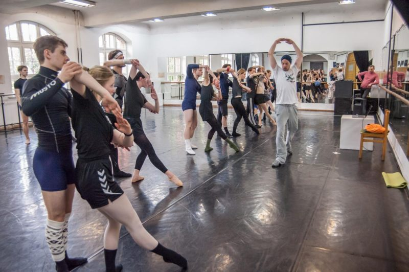 Choreografo asistentas Gaj Žmavc (Slovėnija) jau repetuoja su KVMT baleto trupe. Olesios Kasabovos nuotr.