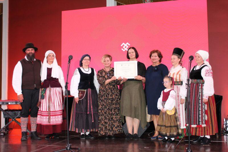 Lietuvininkų dainavimo tradiciją pristačiusiai Klaipėdos etnokultūros centro delegacijai įteiktas Nematerialaus kultūros paveldo vertybių sertifikatas. Etnokultūros centro archyvo nuotr.