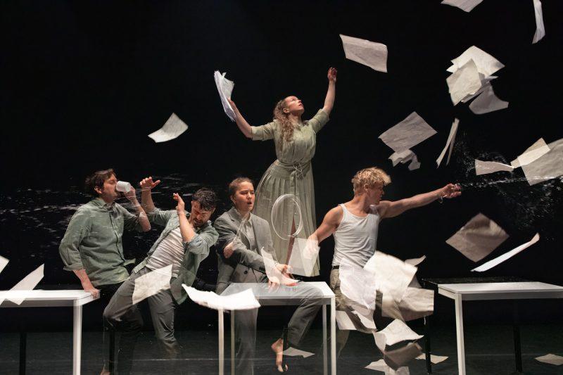"""Šiuolaikinio cirko spektaklis """"Perto"""".   Luis Sartori do Vale nuotr."""