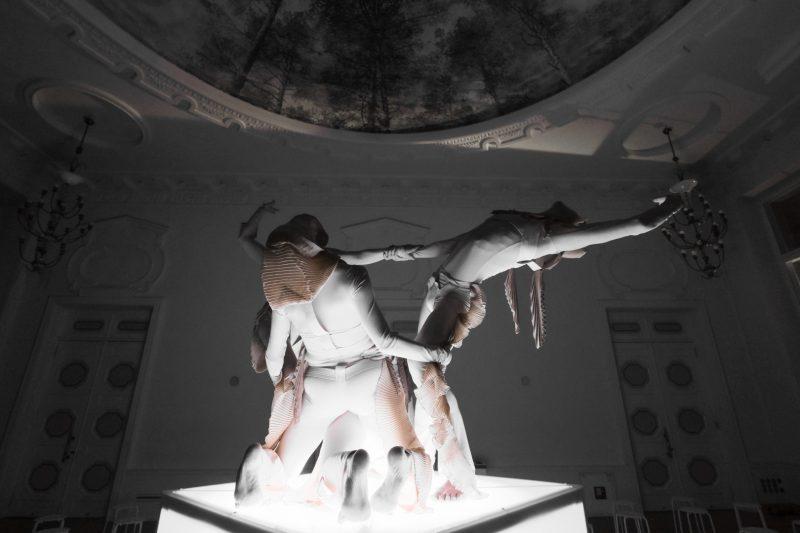 """Šiuolaikinio šokio spektaklis """"Olmeulmad: Sanctum textum"""" (Estija). Alissa Šnaider nuotr."""
