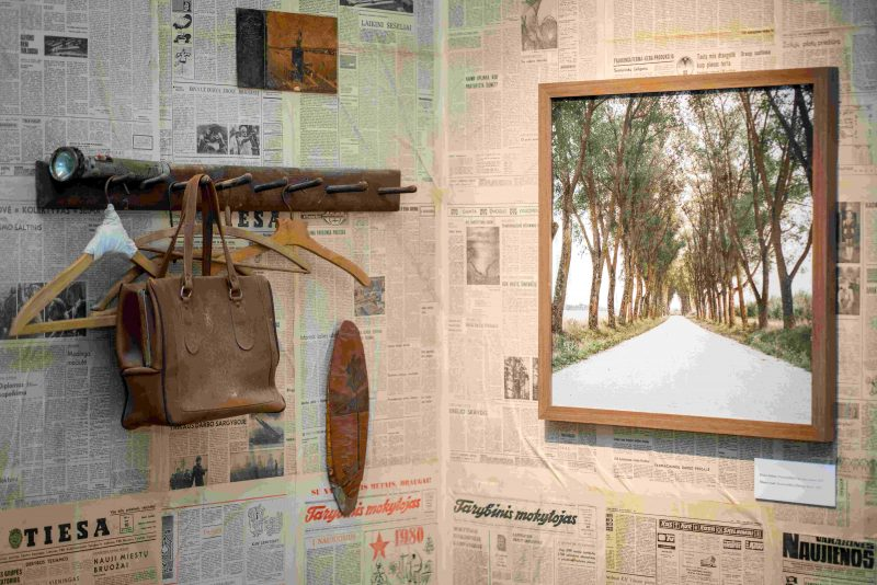 """Tado Kazakevičiaus fotografijų parodoje """"Tai, ko nebebus"""" – ne tik nuotraukos, bet ir nykstančio kaimo daiktai, kuriuos, kaip reliktus, fotografas surinko ar gavo dovanų kelionių metu. S. Samsono nuotr., LNM"""