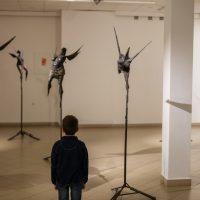 """Edmundas Frėjus, kompozicija """"Neskraidančios būtybės"""" ir """"Moterys su sparnais"""" (fragmentas).  Kalta geležis, 2009 m. Manto Bartaševičiaus nuotr."""